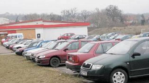 PARKOVIŠTE. Plocha u malého Tesca v Jirkově je po většinu času plná aut místních. Parkovacích míst totiž na zdejším sídlišti moc není.