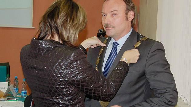 Ivana Řápková dekoruje Jana Mareše coby nově zvoleného primátora.