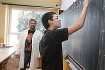 Tady známkuje učitel, na webu se karta obrací.
