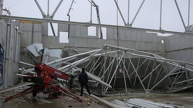 Zřícená střecha uvnitř stavby aquacentra.