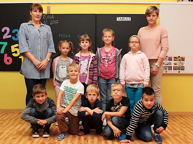 Prvňáčci ze Základní školy vBřezně spaní učitelkou Janou Izavčukovou a asistentkou Marcelou Štafovou