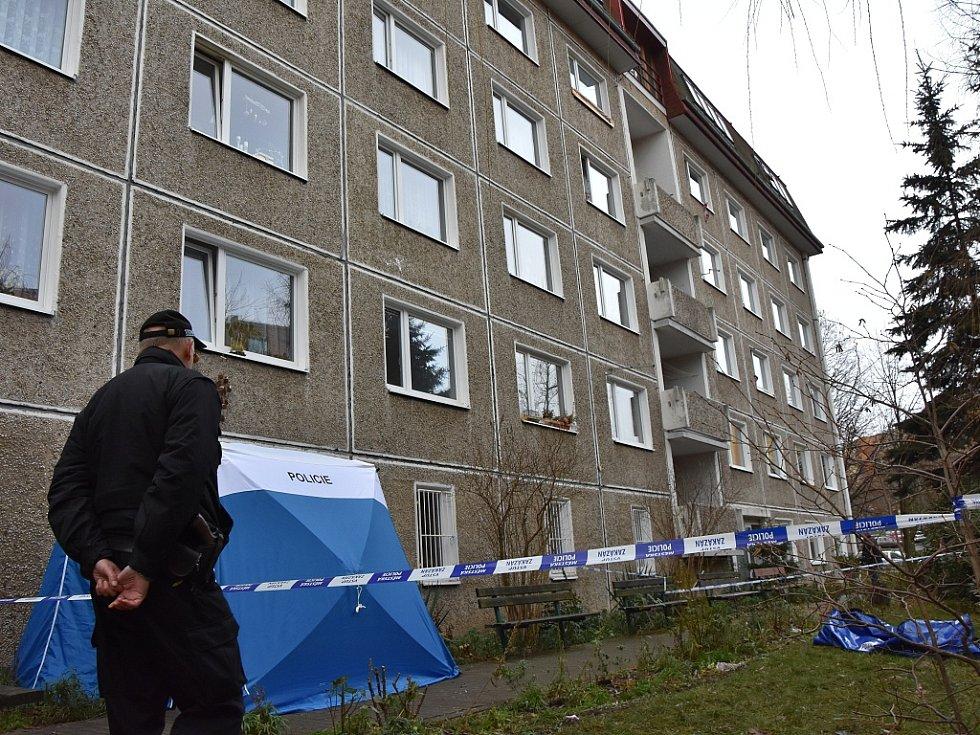 Dům v Červenohrádecké ulici, kde došlo k tragické události. Kolem těla policisté vztyčili stan, který na místě zůstal až do příjezdu pohřební služby.