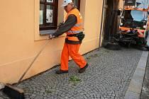 Při čištění chomutovských ulic často dojde na ruční práci. Nečistoty a náletové rostliny u paty jednoho z domů vymetá pracovník technických služeb Miroslav Horvát (na snímku).