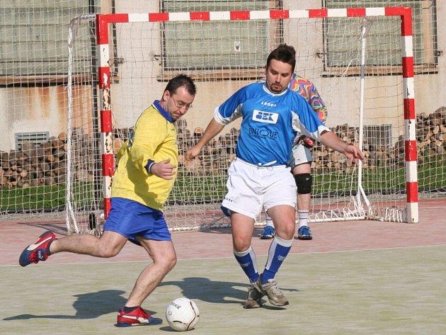 Fotbalisté Formanky poprvé v této sezoně vyhráli, když porazili AC R.O.S. 4:1. Snímek je z utkání Formanka – Unique drink team, který skončil 0:5.