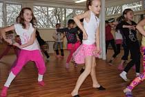 Malé holky z taneční školy Stardance nacvičují v novém sále.