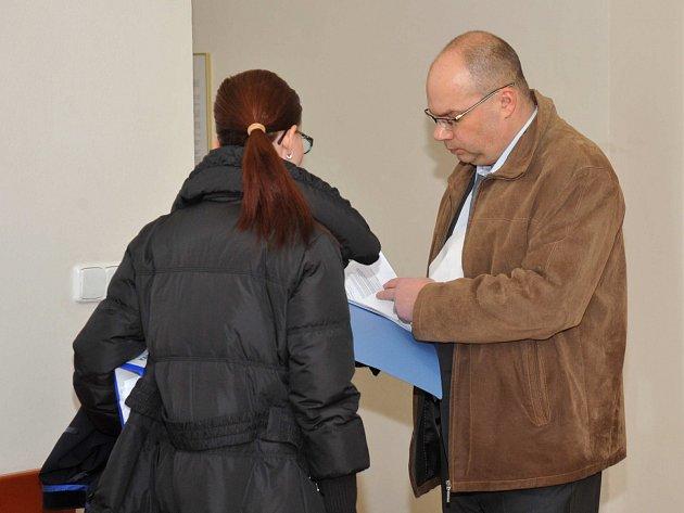 Spolu s Tomášem Hofmannem čelí u soudu obžalobě i stavbyvedoucí chomutovské firmy Trans-region-stav David Kanický (na snímku se svou advokátkou).