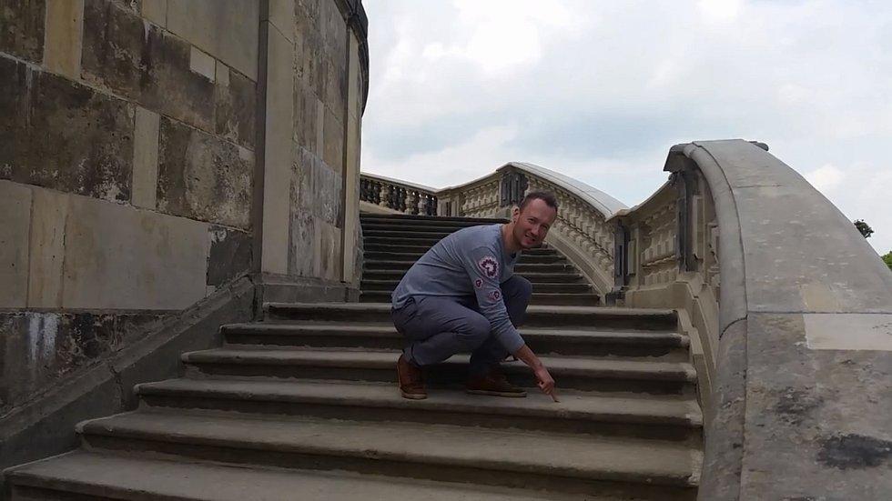 Radek Jirgl na schodišti saského zámečku Moritzburg, kde se natáčela nejoblíbenější česká pohádka Tři oříšky pro Popelku.