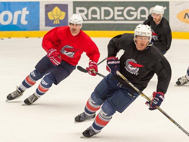 Start extraligy se blíží. Na sezonu se na ledě SD ARÉNY připravují Marek  Tomica (v popředí) a Juraj Valach (vlevo).  Deník/R. Dušek
