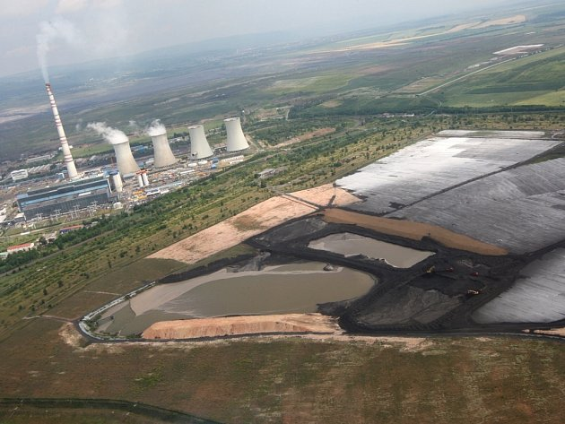 Letecké snímky. Krajina poškozená dlouholetou těžbou hnědého uhlí a škodlivými emisemi uhelných elektráren se mění na pestrou mozaiku lesů, luk a jezer.