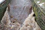 Chomutovka bouří korytem v Údlicích. Naštěstí je dost hluboké.