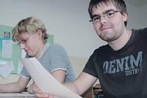 Jiří Hajný a Jakub Hirsch, kteří se učí na autotroniky mají dobré výsledky z matematiky i z němčiny. Horší je to s českým jazykem, kde je zaskočila slohová práce.