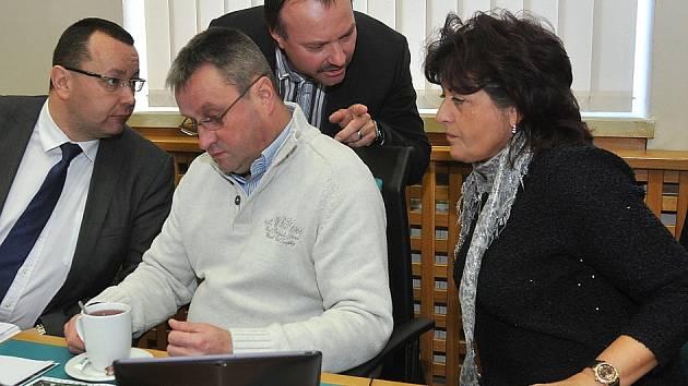 JANA VAŇHOVÁ (vpravo) při diskuzi se svými kolegy z vedení města při včerejším zasedání chomutovského zastupitelstva.