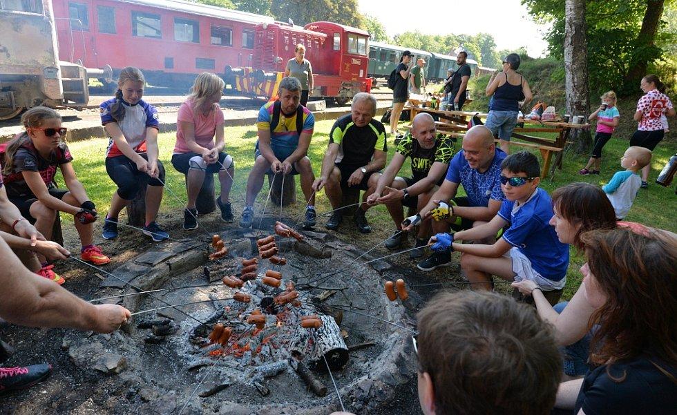 Aktivisté Loko-Motiv přivezli do Křimova a Vejprt cyklisty. V Křimově si návštěvníci prohlédli staré depo a opekli si buřty.