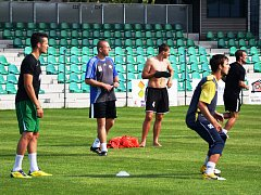 Trenér fotbalistů FC Chomutov Robert Vágner (druhý zleva), stojí před těžkým úkolem. K záchraně v České fotbalové lize potřebuje tým získat ze čtyř posledních zápasů 12 bodů.