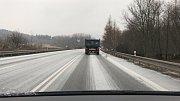 Dopolední a odpolední cesta z Klášterce do Karlových Varů byla pro řidiče v pátek hodně nepříjemná.