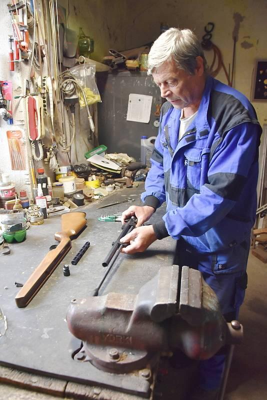 Václav Paar ve své dílně v Háji u Radonic, kde opravuje vzduchovky.