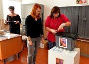 Členové volební komise v Chomutově zapečeťují volební urnu.