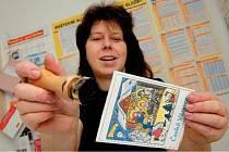 Na snímku razítkuje ladovskou pohlednici poštmistrová na Božím Daru Soňa Kašparová.