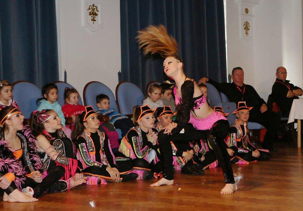 Dvanáctiletá Radka Pěkná z chomutovské školy Beethoven DC získala pro Ústecký kraj v sólu stříbrnou medaili.