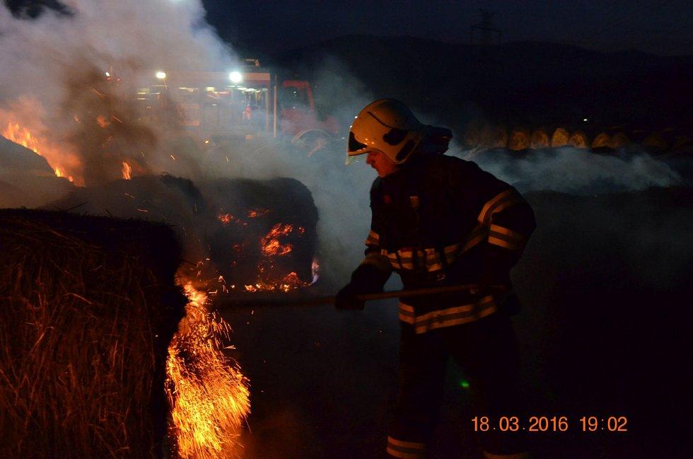 V Mikulovicích u Kadaně hořelo dvacet balíků slámy.