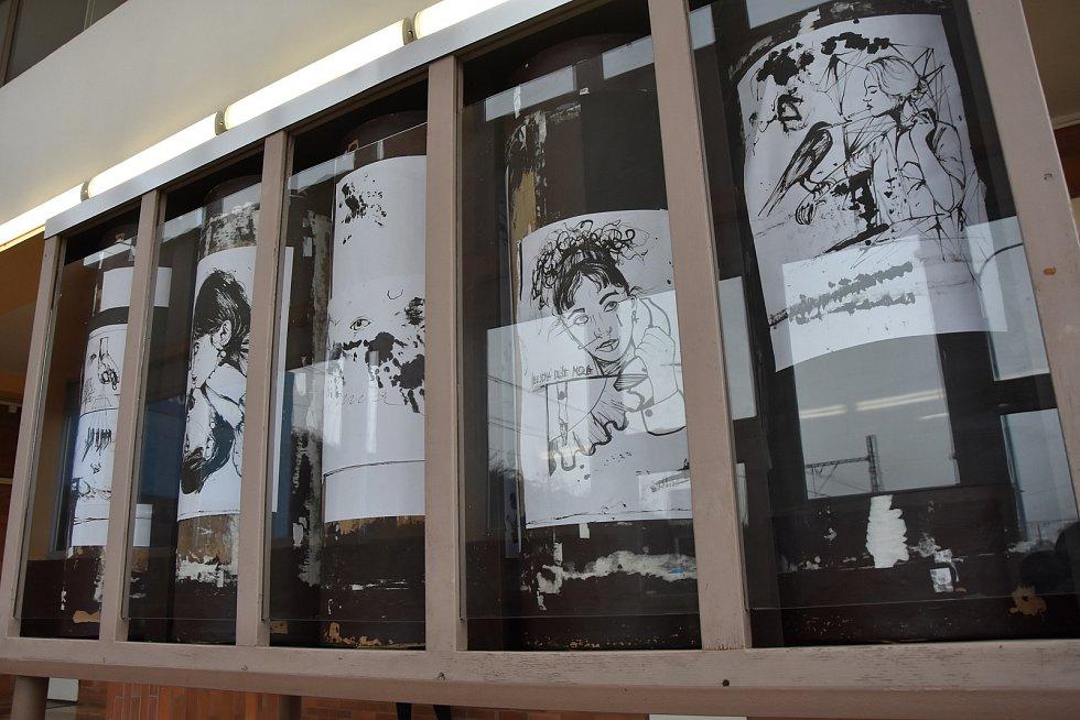 Vestibul chomutovské zastávky zkrášluje malá umělecká galerie.