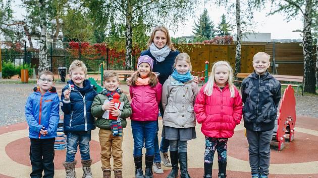 Ředitelka nadace Šárka Procházková s dětmi, kterým pomohli Dobrý andělé.