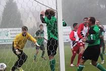 Rostislav Broum střílí první gól utkání, spořičtí v zeleném.