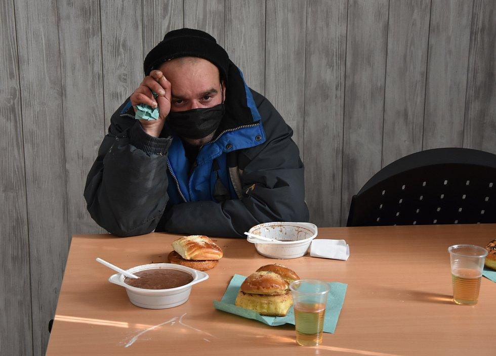 K obědu byla ovesná kaše s kakaem. Někteří se jí ani nedotkli, Karel ji vděčně spořádal.