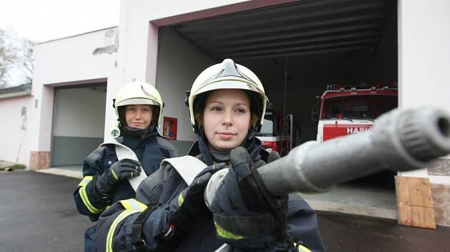 """HASIČKY Z JIRKOVA. Monika Fau (v popředí) a Pavla Litavcová se rozhodly pro """"mužské"""" povolání. Své životy nasazují tam, kam by jiní dobrovolně nešli. Hasiči na ně, jako ženy, ohledy neberou."""