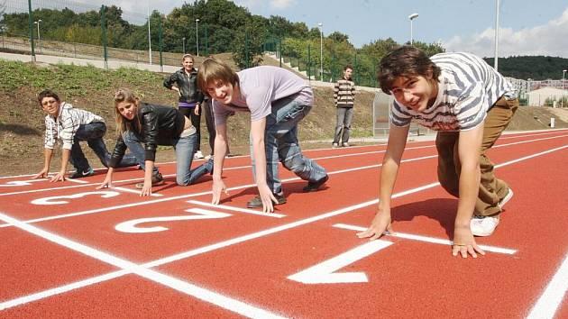Kluci a holky vyzkoušeli atletický ovál nového víceúčelového hřiště.