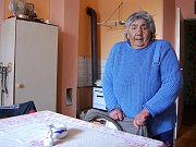 """Růženě Hekové je 76 let a v ghettu bydlí více než dvě desetiletí. Ráda by šla do lepšího. """"Tady jsou stěny furt mokré a v bytě je kanál, v létě to smrdí,"""" vadí ženě."""