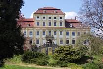 Červený Hrádek, ale i město Jirkov, jsou spjaty s rodinou Brokofů - jednou z nejvýznamnějších českých barokních sochařských dílen. Otec Jan Brokof v Jirkově zanechal několik děl a jeho slavný syn Ferdinand Maxmilián se na Červeném Hrádku narodil.