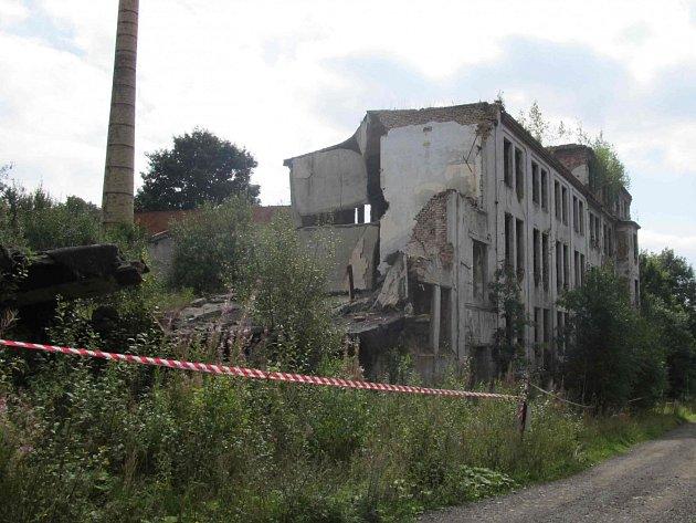 Zabezpečení zchátralého areálu bývalého podniku Tosta a zbourání komínu si vyžádá 300 tisíc korun. Zaplatí je město.