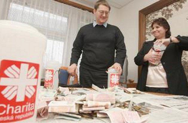 KASIČKY. Náměstkyně chomutovské primátorky Marie Štáfková a farář Alois Heger včera rozpečetili osm kasiček Tříkrálové sbírky.