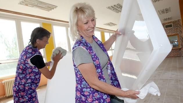 Uklízečky Základní školy Zahradní v Chomutově mají nyní plné ruce práce před zahájením nového školního roku. Čistí nyní světla v nově zrekonstruované jídelně i uklízejí ve školních učebnách.