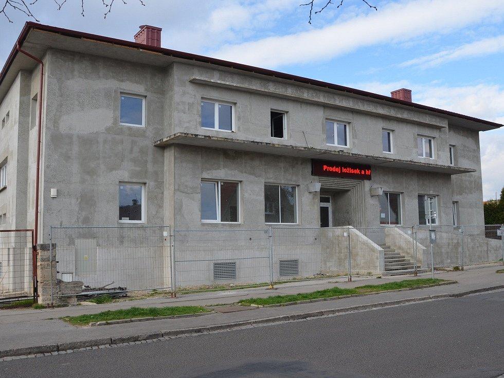 DŮM ŽELEZNIČÁŘŮ v dnešní podobě uprostřed rekonstrukce. Uvnitř už funguje elektro dílna, přibudou byty a obchod.