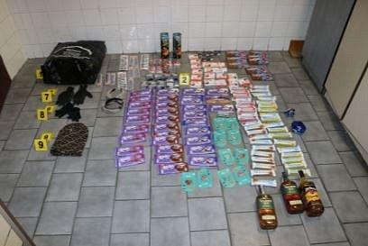 Sérii vyloupených večerek, trafik a obchodů za sebou zanechali zloději, kteří řádili v několika okresech Ústeckého a Středočeského kraje. Brali cigarety, peníze, alkohol, nepohrdli ale ani sladkostmi a drogerií.