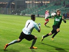 Milan Grubiša v souboji s brankářem Hanusem.