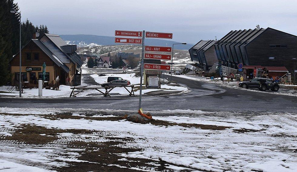 Parkoviště na Klínovci jsou téměř bez aut.