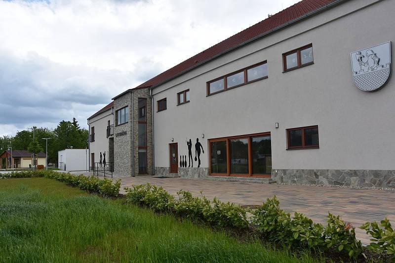 Nový kulturní dům v Březně chtěli otevřít už loni na podzim, zabránila jim v tom ale epidemie. Slavnost se tak odložila na letošní červen.