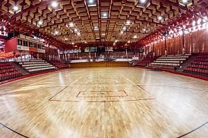 Nová hrací plocha v městské sportovní hale, která po dlouhé době prošla celkovou rekonstrukcí. Plocha má namalovaná základní hřiště pro sporty, které se zde hrají,