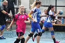 Národní házenkářky Chomutova (v modrém) a Staré Huti odehrály zápas za prudkého deště.