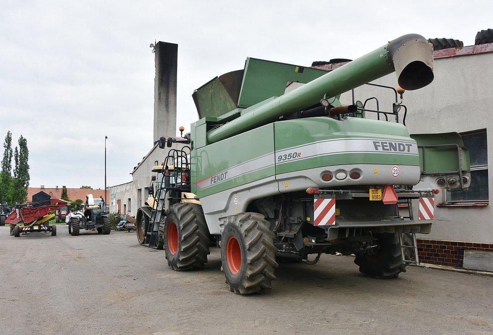 Zemědělské stroje před cibulárnou.