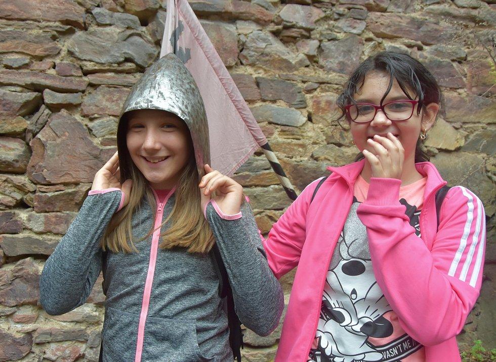 Děti si mohly vyzkoušet přilby i zbraně.