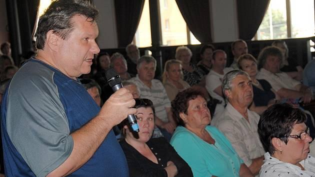 Sál jirkovského divadla byl plný. Bohužel se schůzka neobešla bez vyhrocené diskuze.