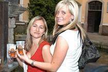 Obě chomutovské dívky při prohlídce Pivovaru Chodovar neodmítly tamní pivo, které v těchto vedrech přišlo k chuti...