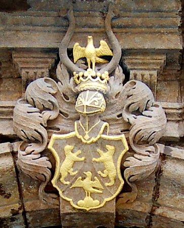 Znak rodiny Goldammerů na portále hotelu UDvou medvídků.