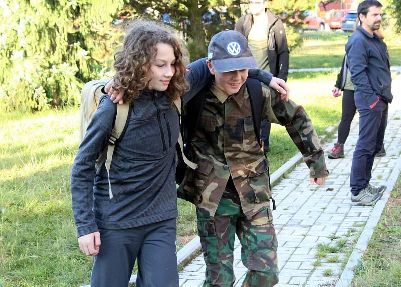 """Účastníci pochodu Krušnohorská šlápota se svezli maďarskou """"harmonikou""""."""