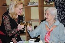 S oslavenkyní Štěpánkou Hanzelkovou si přiťukla místostarostka Jirkova Dana Jurštaková.