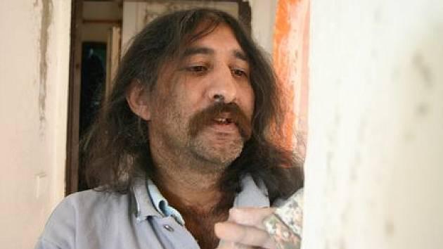 Také jirkovský bezdomovec Josef Krivej pracuje na rekonstrukci ubytovny v ulici Boženy Němcové.